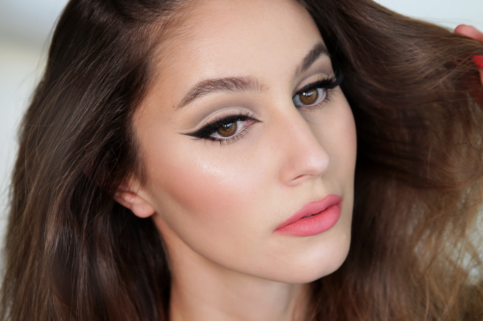 How To Do Vintage Cat Eye Makeup